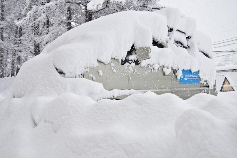 Myoko Snowsports van in the morning, Myoko Kogen Snow Report 22 December 2013